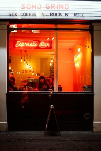 Atmosphère changeante à la nuit tombée dans les rues de Soho