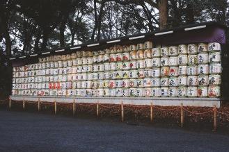 Tonneaux de saké offerts en offrandes au sancturaire