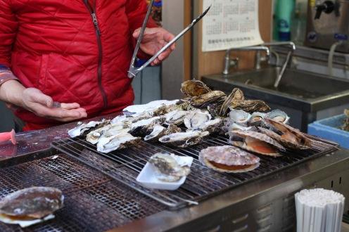 Dégustation d'huitres fraiches au marché aux poissons de Tsukiji