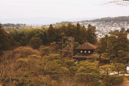 Vue sur le Temple Ginkaku-ji depuis les jardins en hauteur, à Kyoto