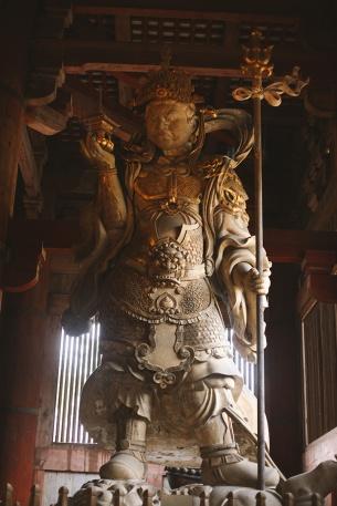 Les statues imposantes et effrayantes du Temple Todai-Ji à Nara