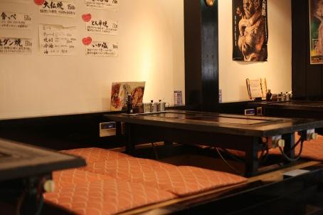 Les jolies tables typiques à okonomiyaki chez Kameya à Nara