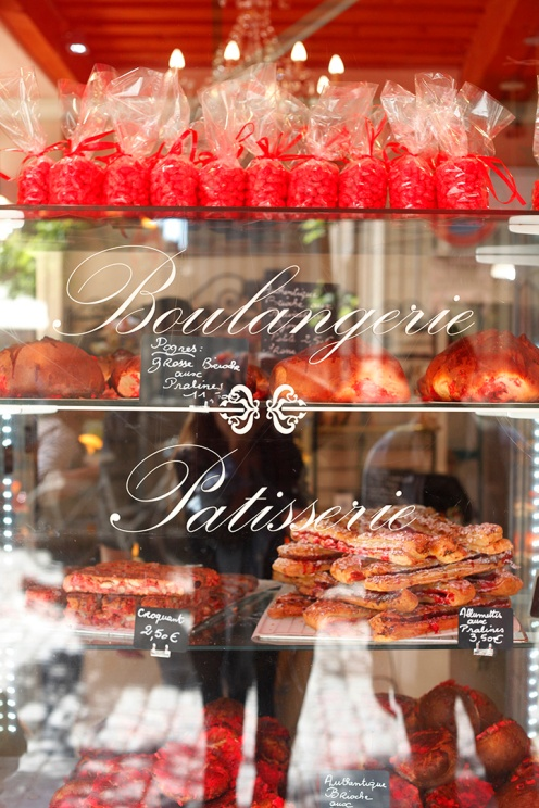 Vitrine colorée de rose à la Boulangerie du Palais